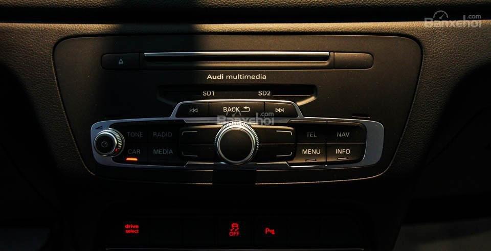Đánh giá xe Audi Q3 2016 có khe nhét đĩa và 2 khe cắm thẻ nhớ dạng SD.