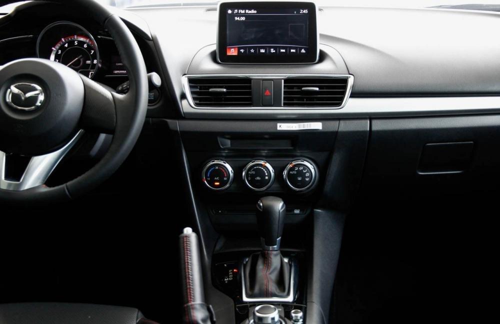 So sánh nhanh Mazda 3 sedan 2015 và Hyundai Elantra 2016 về thiết kế bảng Tablo.