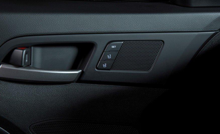Cửa xe Elantra 2016 có gắn loa cùng các phím bấm nhớ vị trí ghế thông minh.
