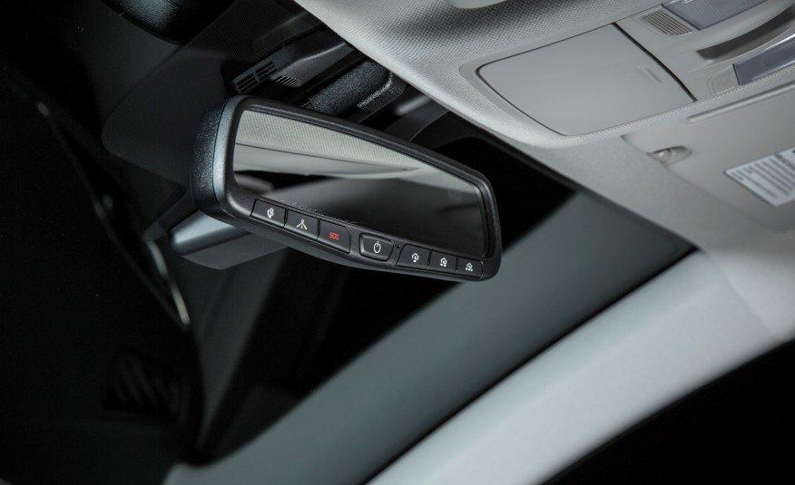 Gương chiếu hậu bên trong Elantra 2016 có nhiều tính năng hiện đại.