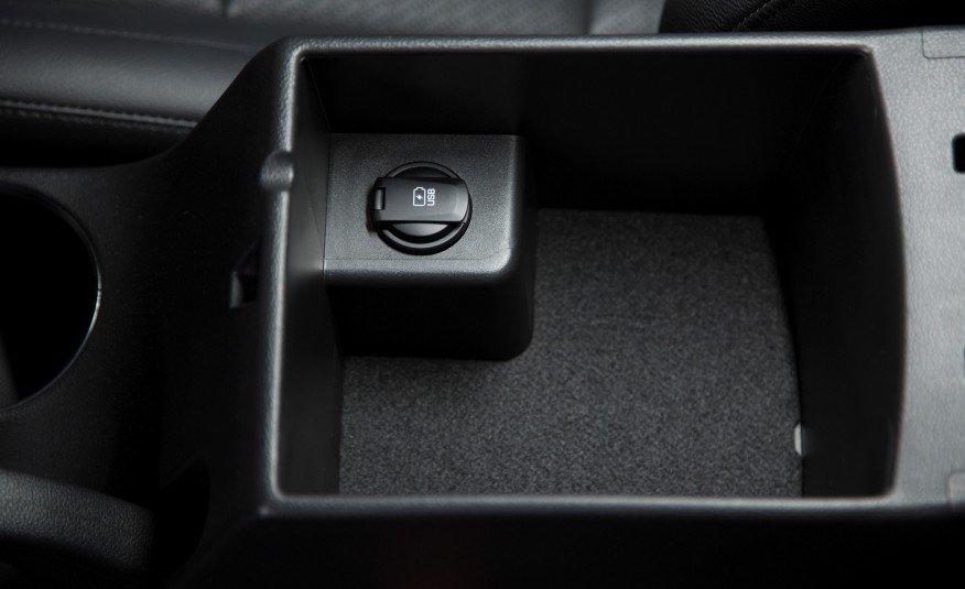 Hộc để đồ kiêm bệ tì tay của Elantra 2016, bên trong còn có cổng USB.