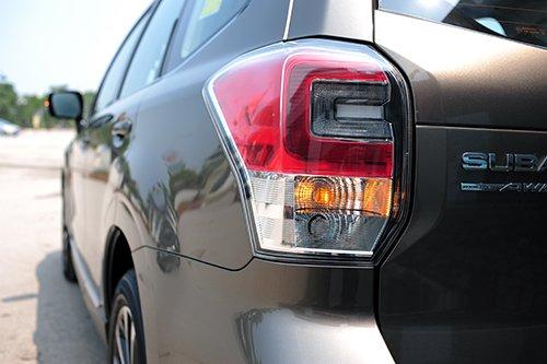 Đánh giá xe Subaru Forester 2016 có đèn hậu LED vuốt một chút về bên hông.