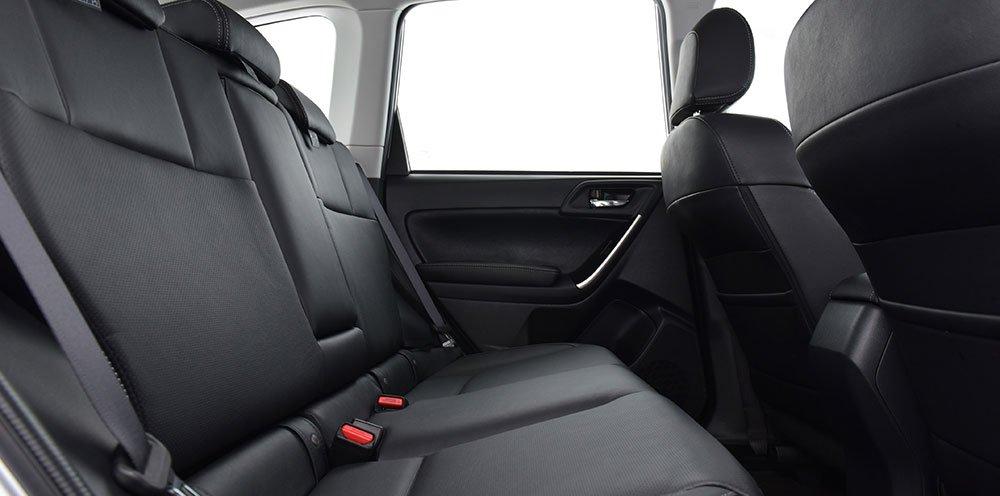 Đánh giá xe Subaru Forester 2016 có hàng ghế sau hơi ngả giúp ngồi rất thoải mái.