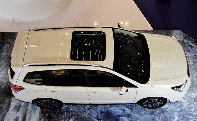 Đánh giá xe Subaru Forester 2016 có cửa sổ trời bản rộng nhìn khá đẹp từ trên cao.