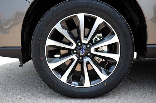 Đánh giá xe Subaru Forester 2016 có la zăng 5 chấu hình chữ V.