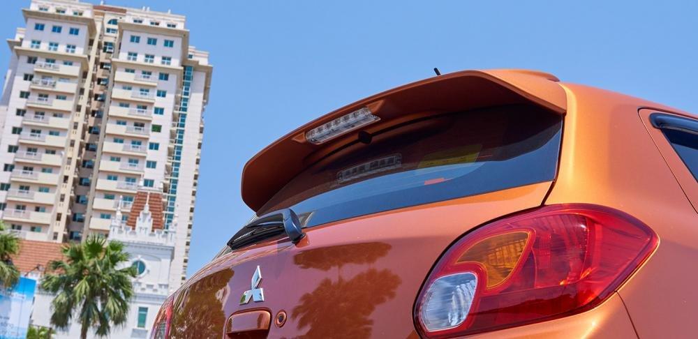 Đánh giá xe Mitsubishi Mirage 2016 có cánh gió thể thao tích hợp đèn phanh phụ.