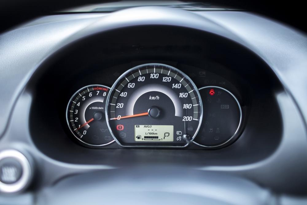 Đánh giá xe Mitsubishi Mirage 2016 có cụm đồng hồ lái với 3 hốc đèn cơ bản.