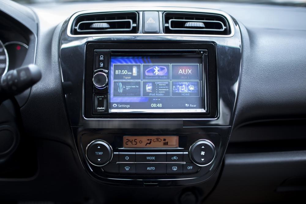 Đánh giá xe Mitsubishi Mirage 2016 có màn hình LCD cảm ứng 6,1 inch.