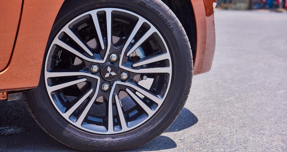 Đánh giá xe Mitsubishi Mirage 2016 có la zăng 4 chấu kép với hoa văn độc đáo.