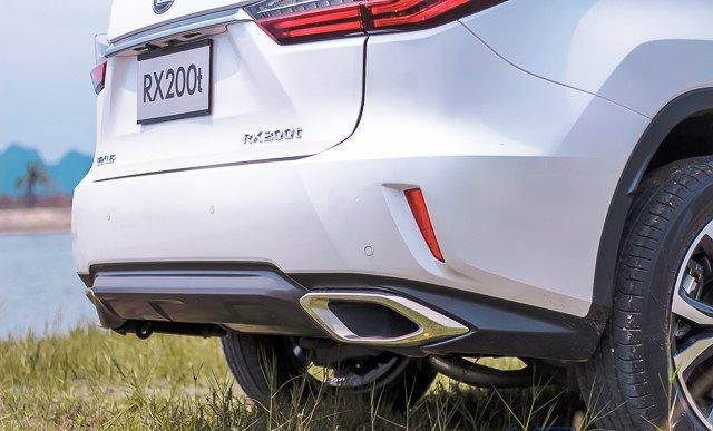 Đánh giá xe Lexus RX 200t có ống xả bản to hai bên rất mạnh mẽ.