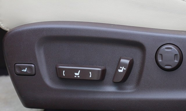 Đánh giá xe Lexus RX 200t có các phím chỉnh tiến, lùi, lên, xuống ghế.