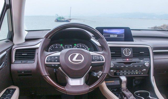 Đánh giá xe Lexus RX 200t có vô lăng chế tạo từ gỗ shimamoku nguyên khối.