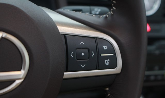 Đánh giá xe Lexus RX 200t có các phím lựa chọn tích hợp trên vô lăng.