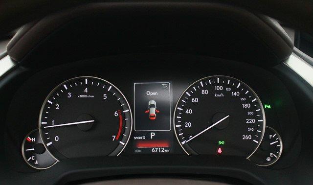 Đánh giá xe Lexus RX 200t có đồng hồ hiển thị dạng analog và màn hình TFT 4,2 inch.