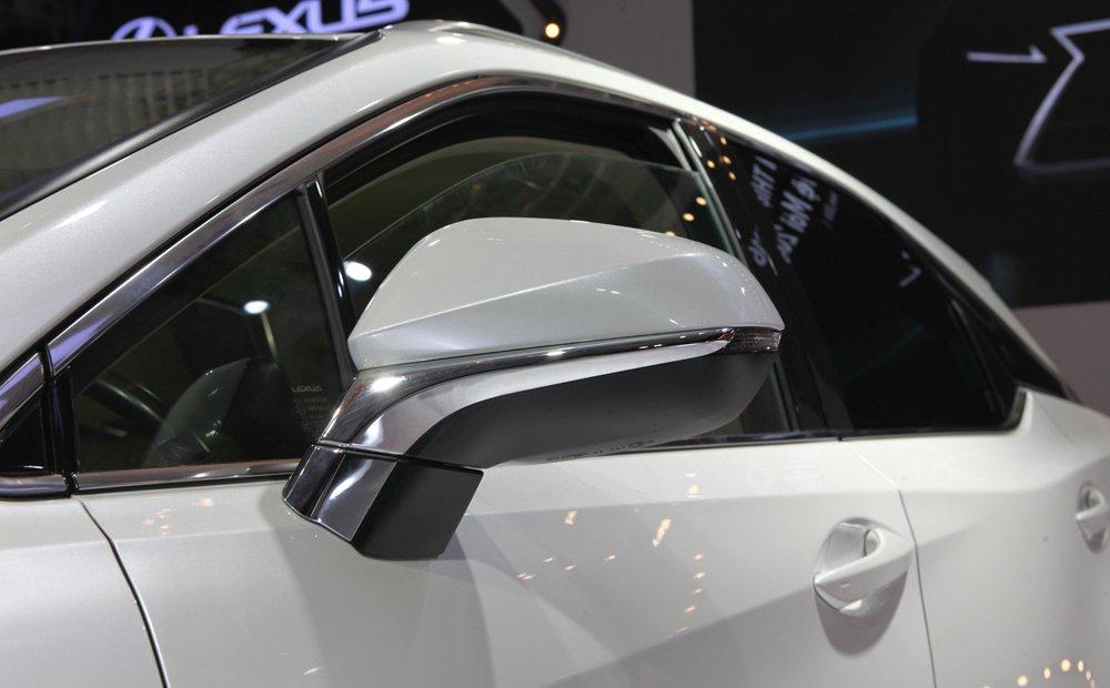 Đánh giá xe Lexus RX 200t có gương chiếu hậu tích hợp chỉnh/gập điện và đèn báo rẽ.