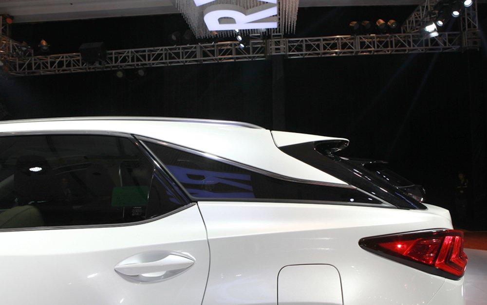 Đánh giá xe Lexus RX 200t có tay nắm cửa sơn đồng màu xe.