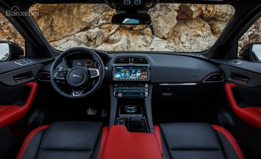 Đánh giá xe Jaguar F-PACE 2017: Nội thất xe khá sang trọng.