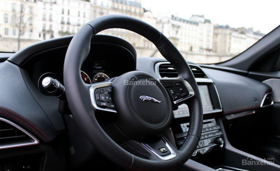 Đánh giá xe Jaguar F-PACE 2017: Vô lăng xe bọc da.