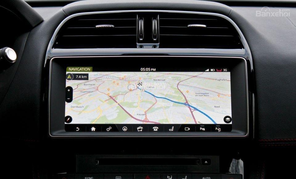 Đánh giá xe Jaguar F-PACE 2017: Xe được tích hợp bản đồ.