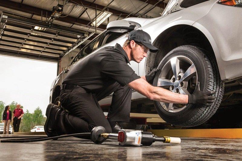 Lái xe ô tô nên thay lốp sau 50.000 km và tùy thuộc vào điều kiện đường sá.