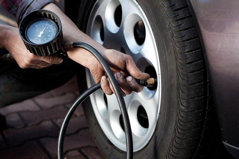 Lốp xe ô tô thiếu hơi được xem là nguyên nhân chính dẫn đến tình trạng xe bị nổ lốp.