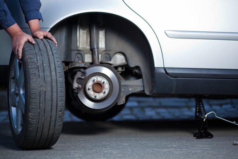 Khi xe ô tô bị nổ lốp, cố gắng không đạp phanh, chỉ buông chân ga và giữ thẳng tay lái.