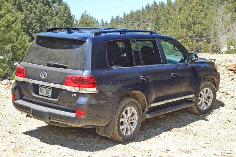 Toyota Land Cruiser Prado sở hữu ngoại chuẩn chuẩn SUV truyền thống: cơ bắp và mạnh mẽ 3