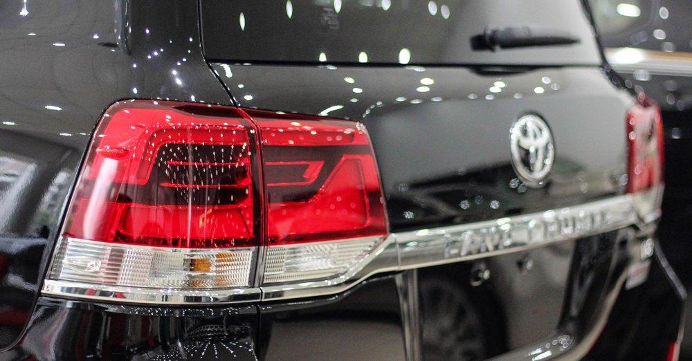 Đánh giá xe Land Cruiser 2016 có đèn hậu LED thiết kế với 2 khoang sắc sảo.