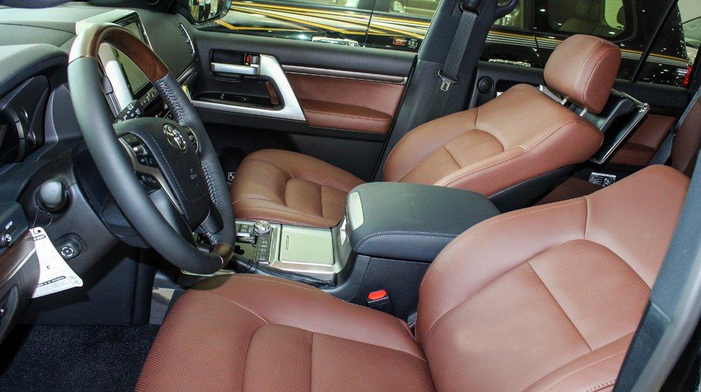 Đánh giá xe Land Cruiser 2016 có ghế trước dạng ôm lấy thân, chỉnh điện tiện lợi.
