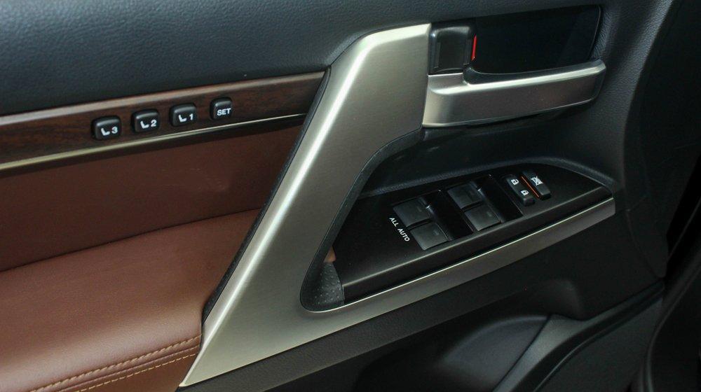 Đánh giá xe Land Cruiser 2016 có hàng loạt các phím bấm tiện ích chỉnh điện.