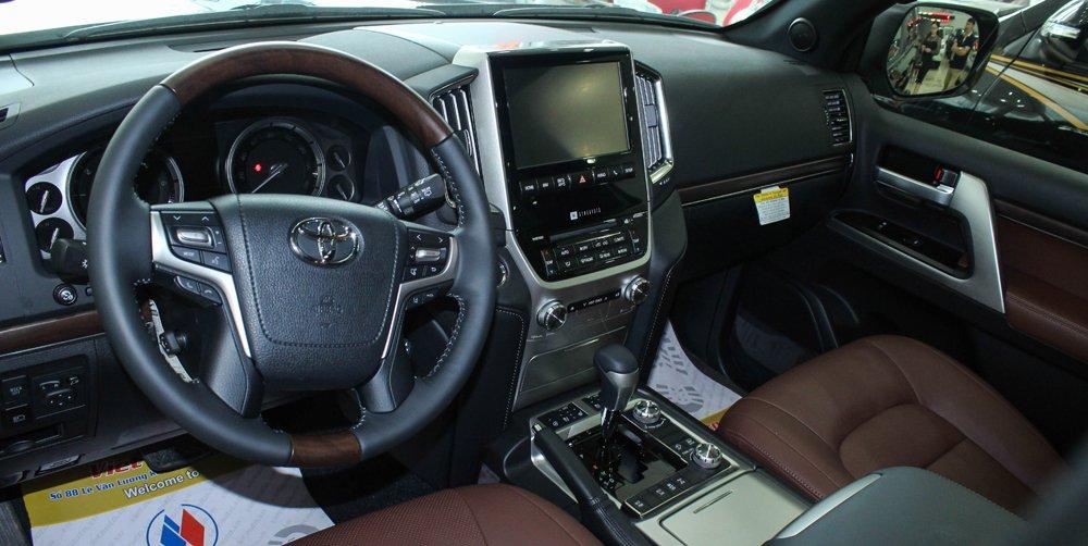 Toyota Land Cruiser Prado hoàn toàn thua kém Ford Explorer về mặt tính năng giải trí cũng như an toàn.