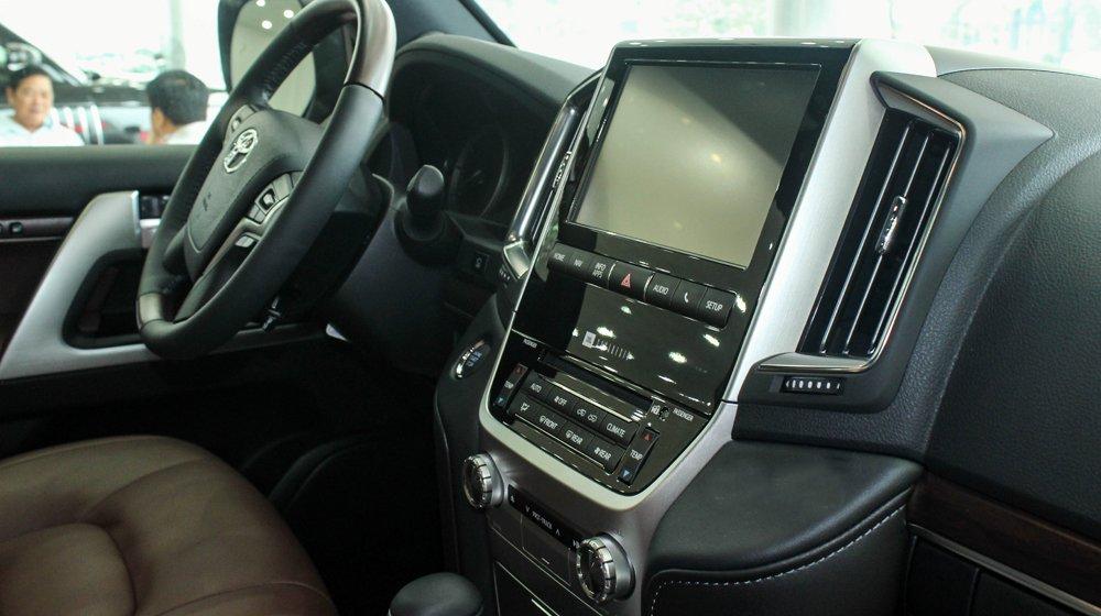 Đánh giá xe Land Cruiser 2016 có màn hình giải trí đa phương tiện cỡ lớn.
