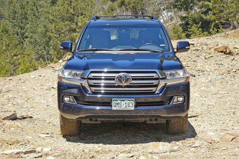 Toyota Land Cruiser Prado sở hữu ngoại chuẩn chuẩn SUV truyền thống: cơ bắp và mạnh mẽ.