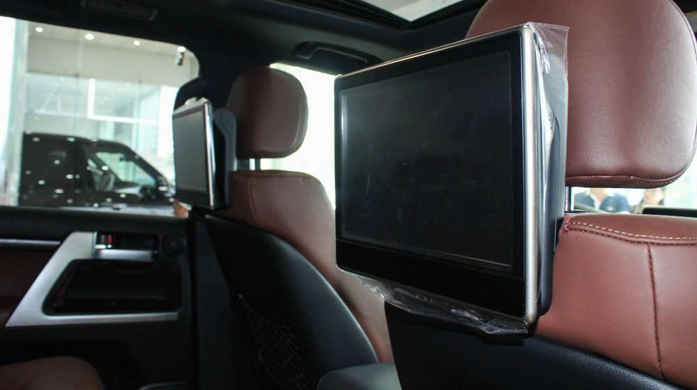 Đánh giá xe Land Cruiser 2016 có màn hình gối đầu tiện nghi gắn ở các hàng ghế sau.