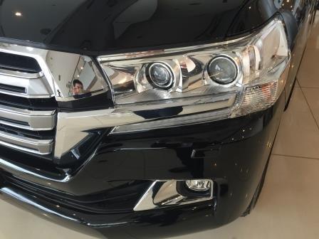 Đánh giá xe Land Cruiser 2016 có đèn pha LED nằm liền khối với lưới tản nhiệt.