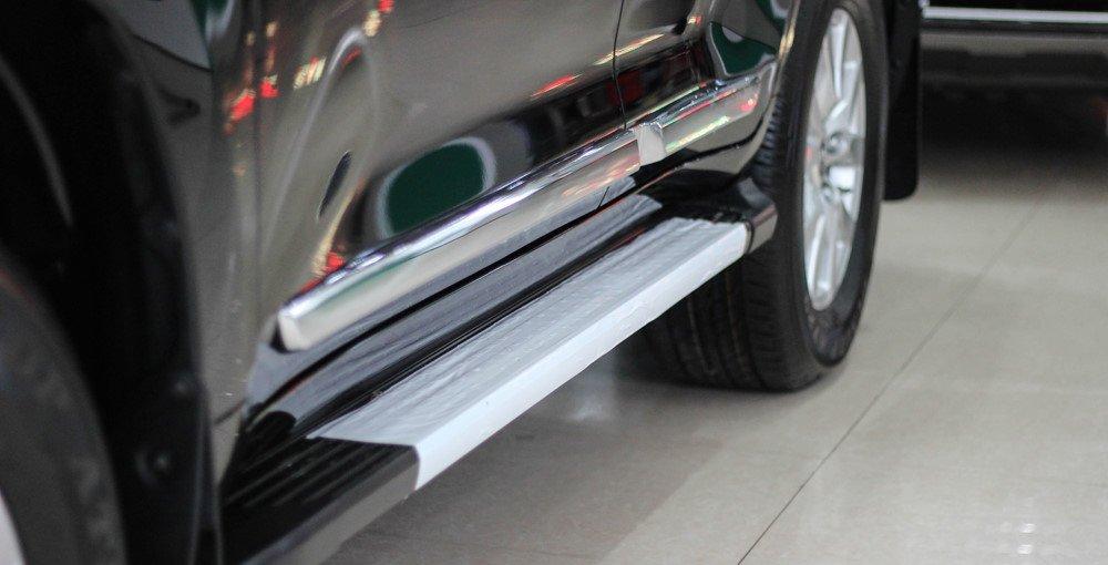 Đánh giá xe Land Cruiser 2016 có thanh ốp kim loại mạ crom gần bậc lên xuống.