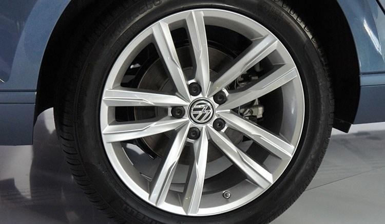 So sánh xe Toyota Camry và Volkswagen Passat: Hai thái cực đối lập trong phân khúc sedan hạng D 5
