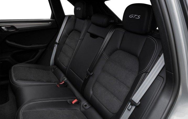 Đánh giá xe Porsche Macan 2017 có hàng ghế sau rộng rãi với 3 tựa đầu cho 3 người