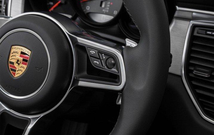 Đánh giá xe Porsche Macan 2017 có các phím thoại rảnh tay, phím tăng giảm âm lượng... trên vô lăng