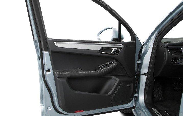 Đánh giá xe Porsche Caman 2017 có cửa xe trang bị một số phím chức năng cơ bản
