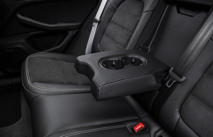 Đánh giá xe Porsche Caman 2017 khay đựng cốc kiêm bệ tì tay ở ghế giữa phía sau