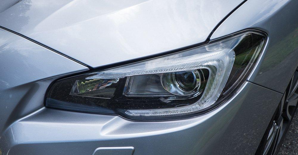 Đánh giá xe Subaru Levorg có đèn pha xenon với viền LED chiếu sáng ban ngày.
