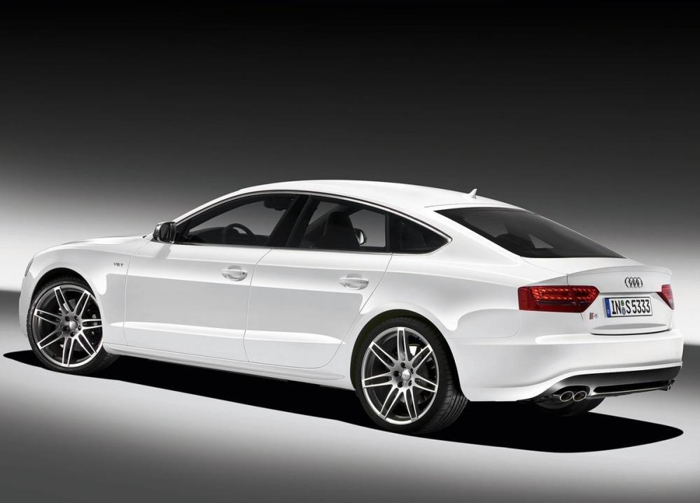 So sánh xe Audi A4 2016 và Mercedes-Benz C200 2015: Audi A4 2016 chiều cao thấp.