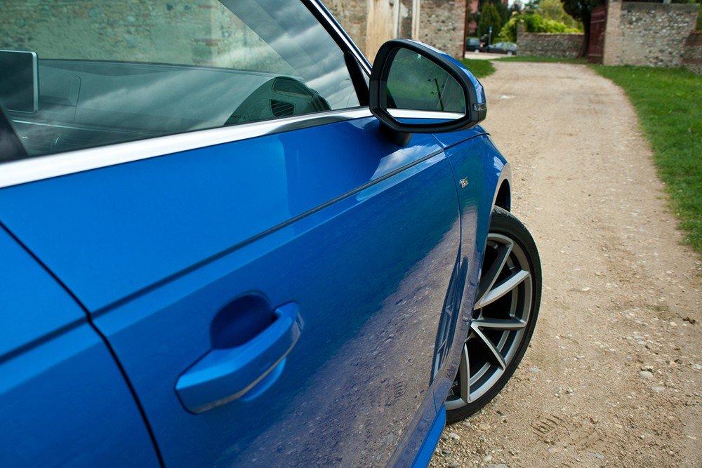 So sánh xe Audi A4 2016 và Mercedes-Benz C200 2015: A4 có những đường nét sắc cạnh.