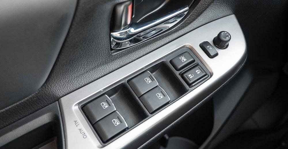 Đánh giá xe Subaru Levorg có các phím bấm điều chỉnh các cửa kính trong xe.