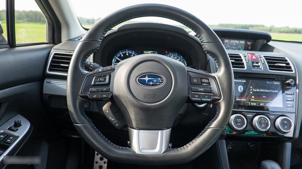 Đánh giá xe Subaru Levorg có vô lăng bọc da 3 chấu thể thao.