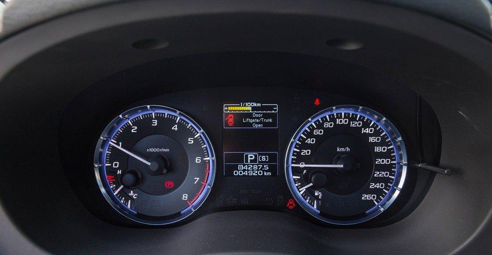 Đánh giá xe Subaru Levorg có cụm đồng hồ lịch lãm, trẻ trung sau tay lái.
