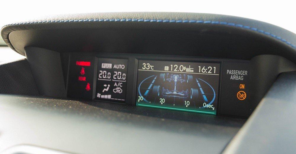 Đánh giá xe Subaru Levorg có một màn hình hiển thị các thông tin về hoạt động của xe.