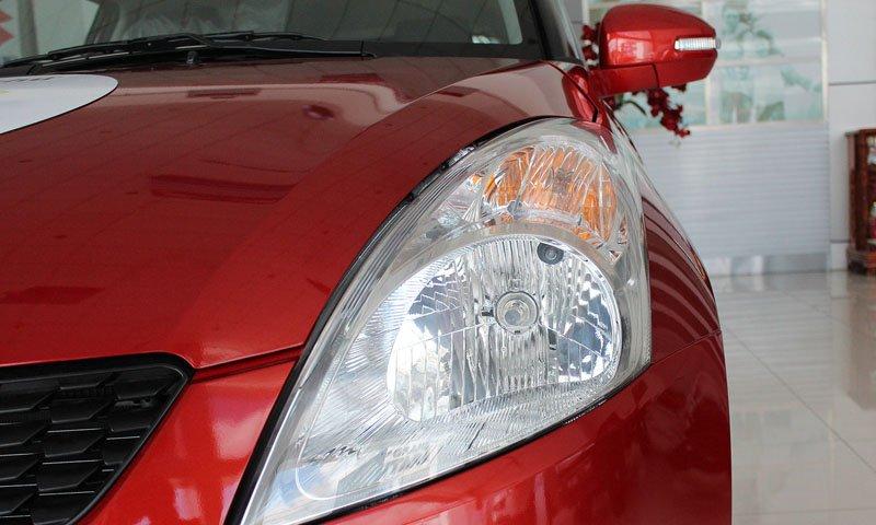Đánh giá xe Suzuki Swift 2014 có đèn pha lớn phản quang đa chiều.