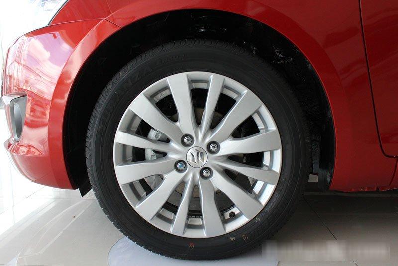 Đánh giá xe Suzuki Swift 2014 có mâm xe 16 inch đa chấu.